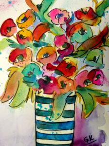 Bunte Blumen in gestreifter Vase